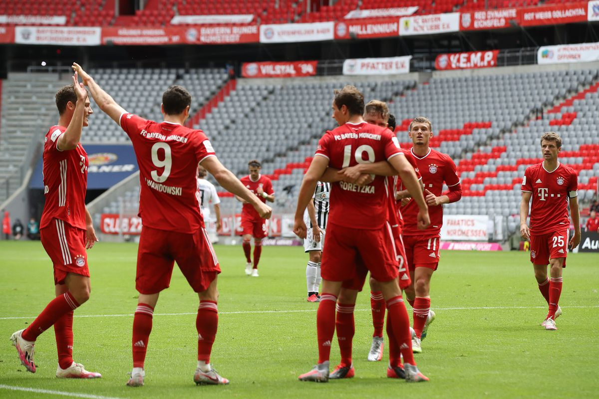 Robert Lewandowski of Bayern Muenchen celebrate with his team mates after he head's his teams 2nd goal during the Bundesliga match between FC Bayern Muenchen and Sport-Club Freiburg at Allianz Arena on June 20, 2020 in Munich, Germany.