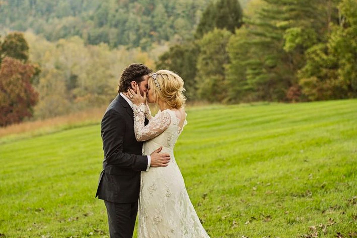 "Inside <a href=""http://www.stylemepretty.com/2013/10/25/kelly-clarksons-wedding-a-sneak-peak/"">Kelly Clarkson's</a> wedding. Photo via Style Me Pretty."
