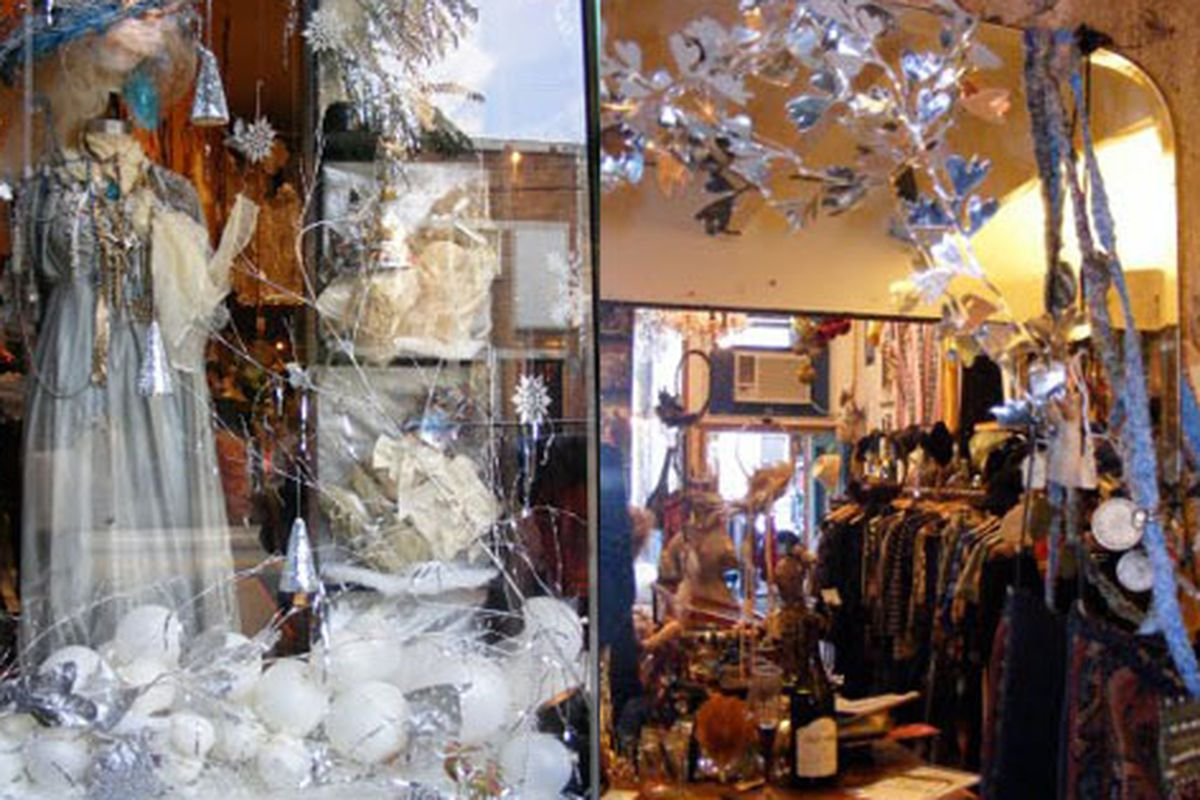 """Tavin sports a lovely look for the winter. Image via <a href=""""http://blogbytavin.blogspot.com/2009/12/happy-holidays-are-coming.html"""">Tavin</a>"""