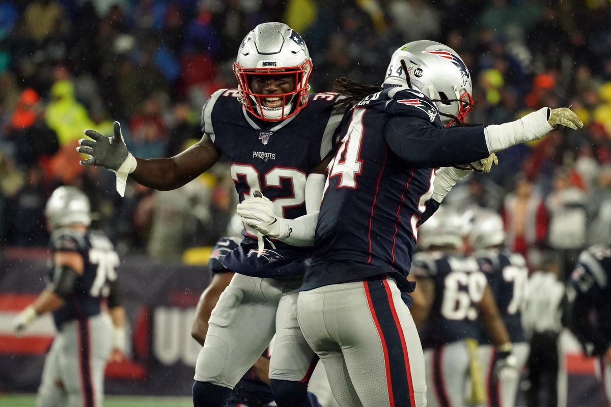 New England Patriots outside linebacker Dont'a Hightower and New England Patriots free safety Devin McCourty react after a missed first down by the Dallas Cowboys in the second half at Gillette Stadium