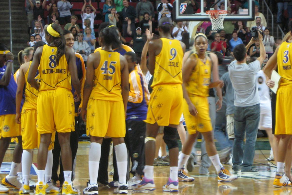 Lisa Leslie gathering with her Los Angeles Sparks teammate after their 75-64 win in game 3 of the first round.