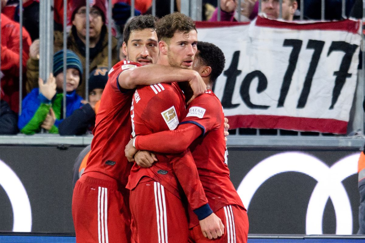 27 January 2019, Bavaria, München: Soccer: Bundesliga, Bayern Munich - VfB Stuttgart, 19th matchday in the Allianz Arena. Goal scorer Leon Goretzka (M) cheers with Serge Gnabry (r) and Mats Hummels from FC Bayern Munich about his goal to 3-1.
