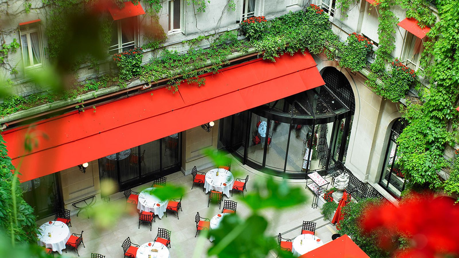 Michelin france alain ducasse 39 s plaza ath n e demoted pavillon ledoyen gets three eater - La cour jardin plaza athenee ...
