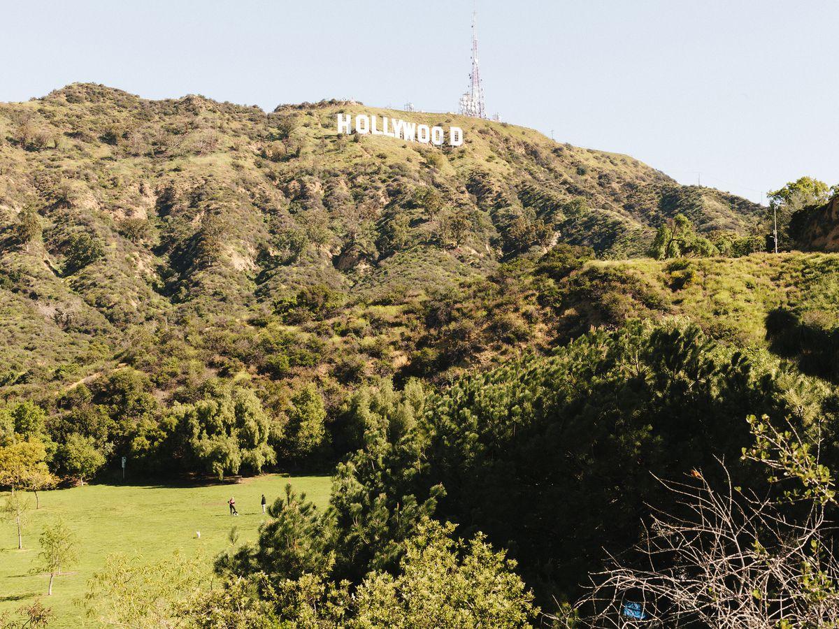 Une vallée et une montagne.  Sur la montagne est un signe qui lit Hollywood.