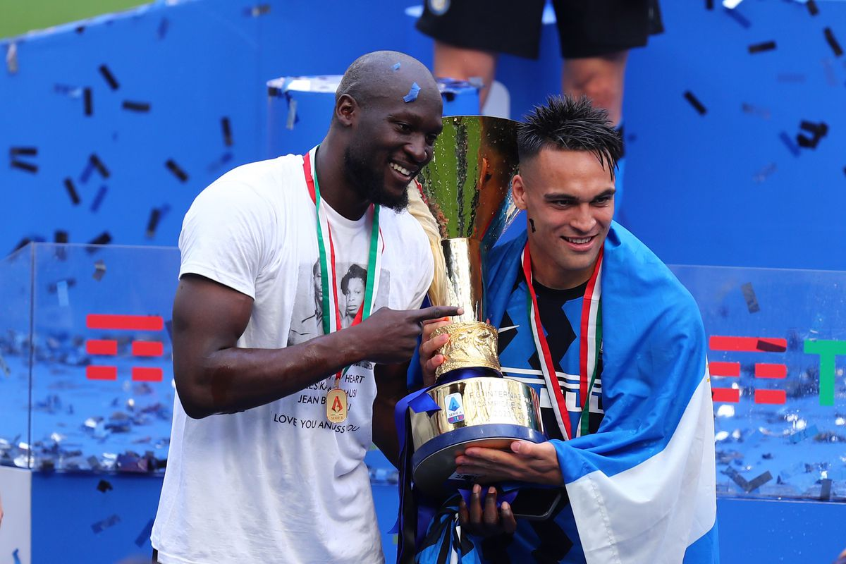 Romelu Lukaku (L) and Lautaro Martinez (R) of Fc...