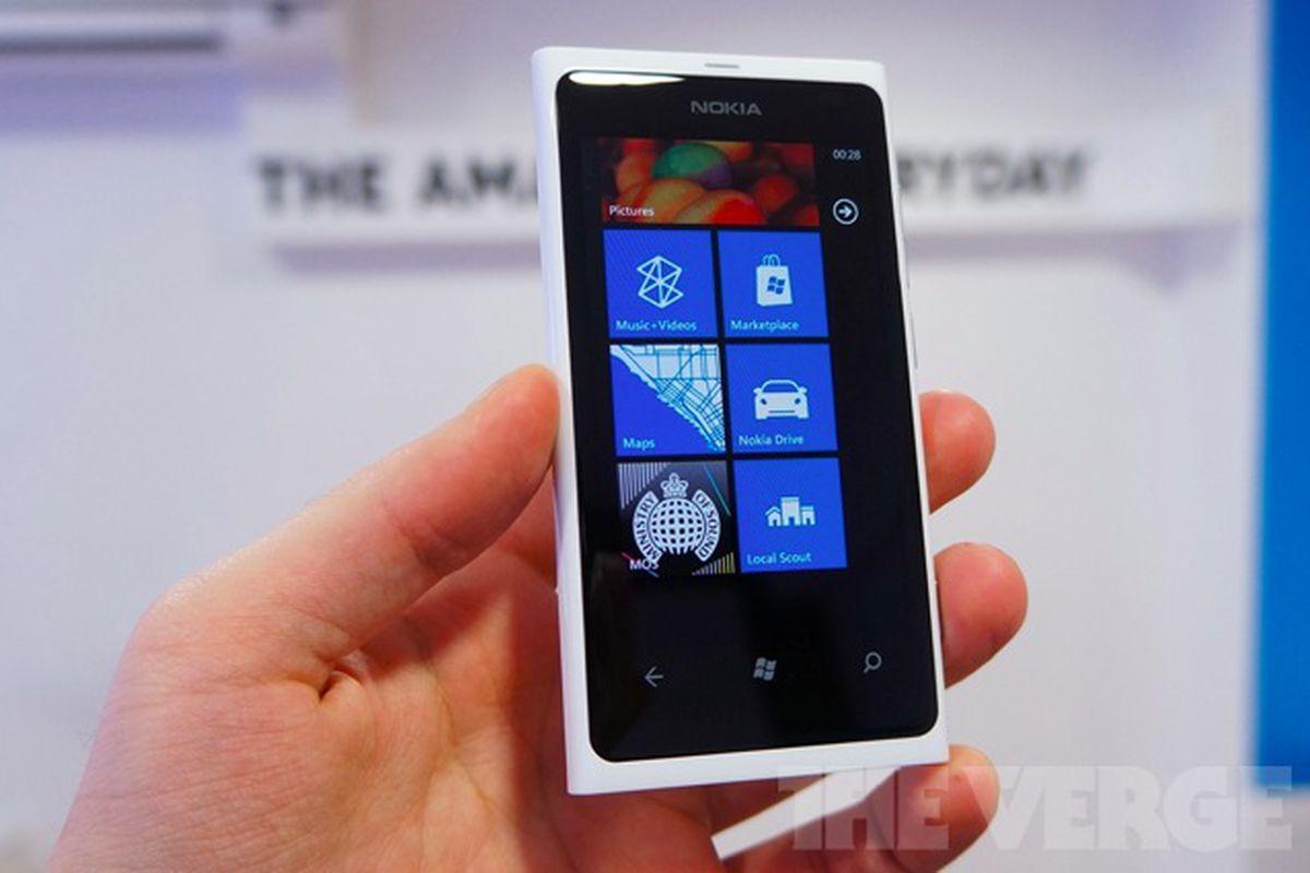 nokia lumia 800 white_640