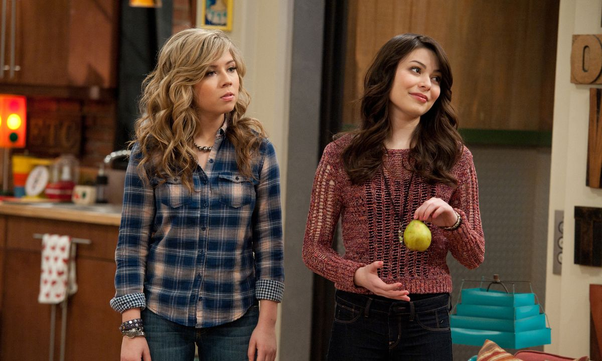Miranda Cosgrove and Jennette McCurdy as Carly Shay and Sam Puckett in iCarly.