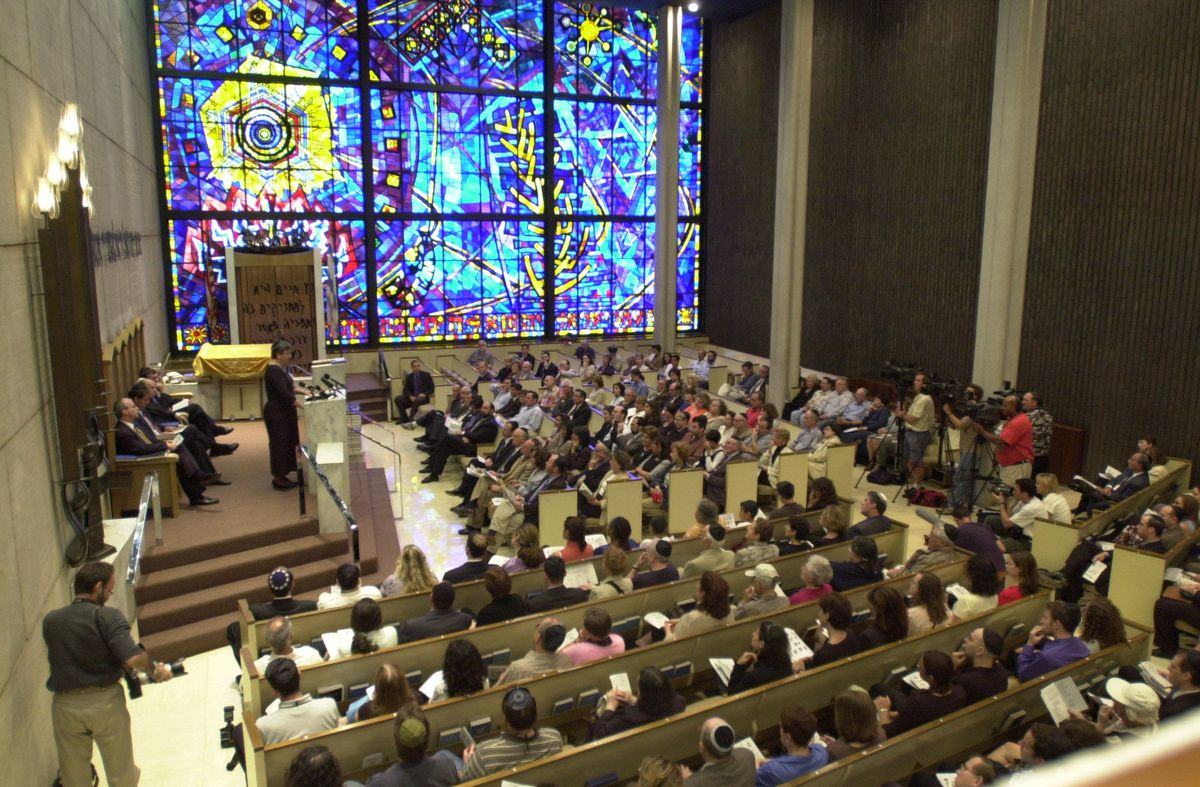 A memorial service is held at the Chicago Loop Synagogue in 2001.