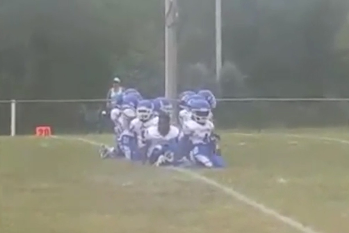 5b9b63ff 8-year-old football players in Illinois kneel during national anthem ...