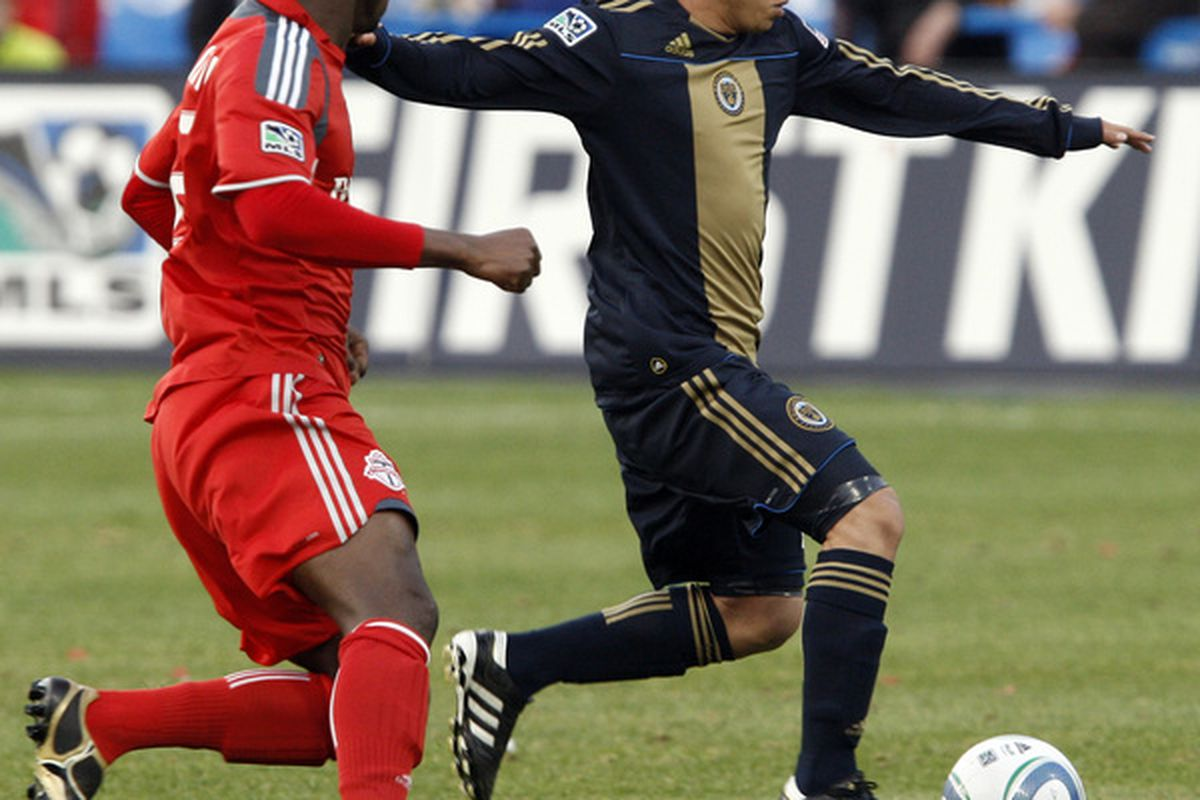Roger Torres dribbles against Toronto FC. (Photo by Abelimages/Getty Images)