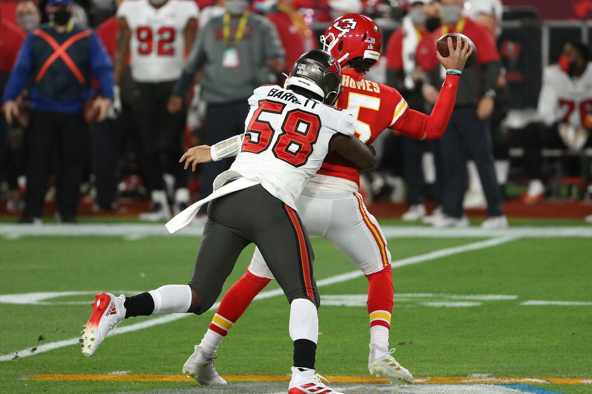 Shaquil Barrett #58 of the Tampa Bay Buccaneers attempts to tackle Patrick Mahomes #15 of the Kansas City Chiefs in the first quarter in Super Bowl LV at Raymond James Stadium on February 07, 2021 in Tampa, Florida.