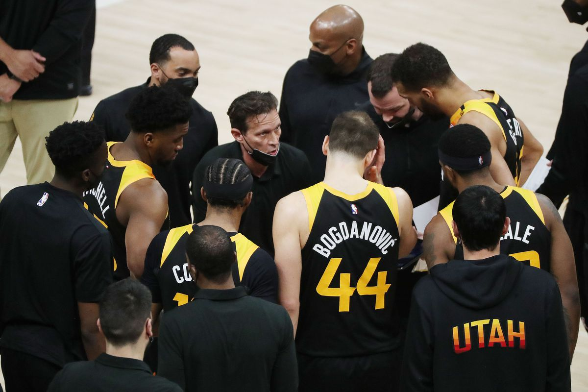 Quin Snyder speaks with his Utah Jazz team in an NBA game against the Chicago Bulls.