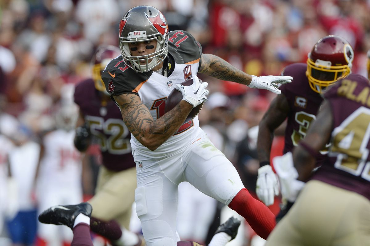 Tampa Bay Buccaneers wide receiver Mike Evans (13) runs after the catch during the first quarter against the Washington Redskins at FedEx Field