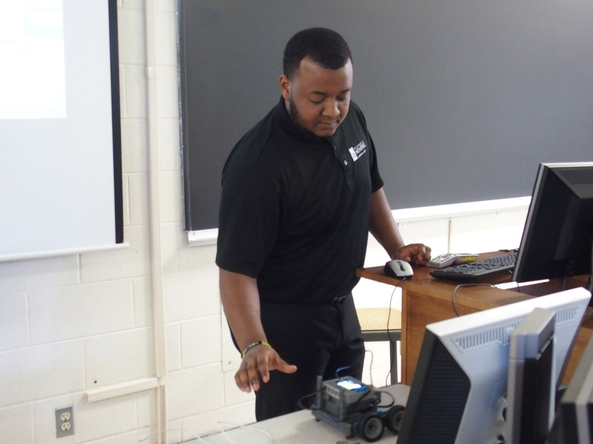 Senior electrical engineering major Johnathan Gales was one of five University of Memphis STEM ambassadors who helped lead a robotics teacher training on campus.