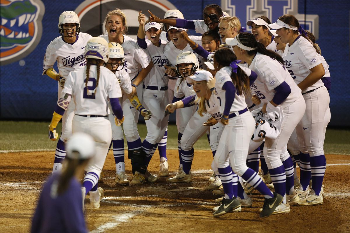 LSU beats UCLA on obstruction call, 2-1