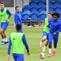 Gilmour chasing after Willian
