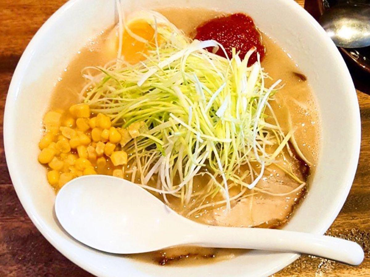 A white bowl of kurume-style tonkotsu ramen with a white spoon