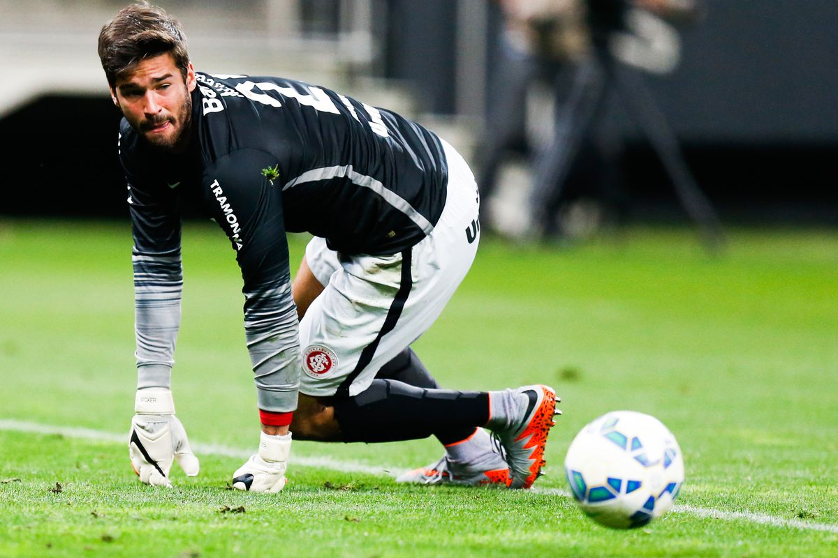 Alisson becker liverpool football player - 1 8