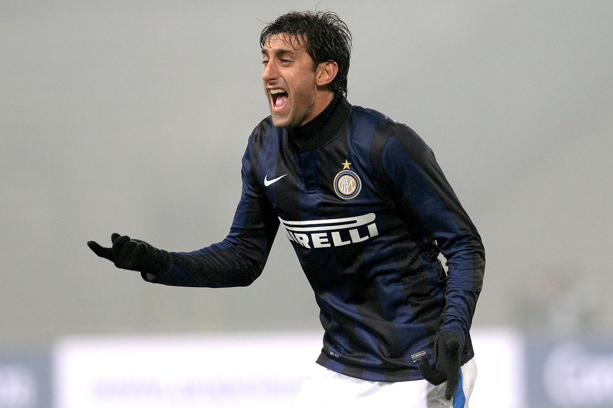Milito calling for a penalty against Udinese