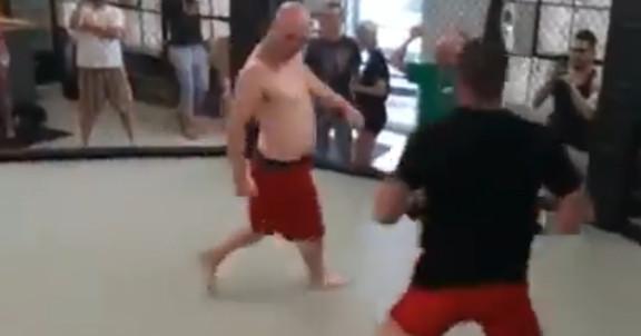 Ver: luchador de MMA duerme hermano callejero en guerra de gimnasios, aterriza tiro bajo