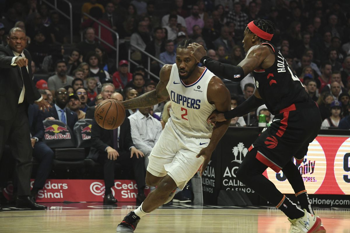 LA Clippers forward Kawhi Leonard drives to the basket against Toronto Raptors forward Rondae Hollis-Jefferson during the first half at Staples Center.
