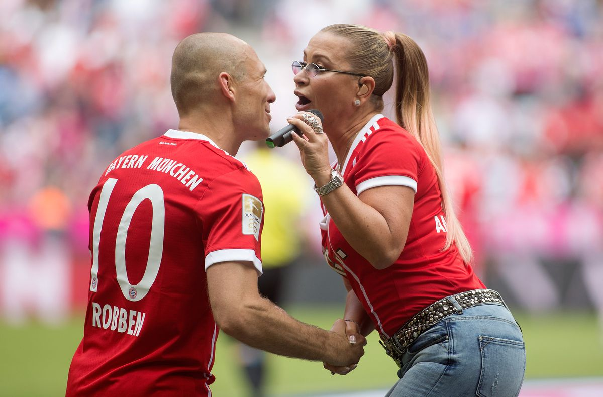 MUNICH, GERMANY - MAY 20: Singer Anastacia welcomes Arjen Robben of Bayern during the halftime of the Bundesliga match between Bayern Muenchen and SC Freiburg at Allianz Arena on May 20, 2017 in Munich, Germany.