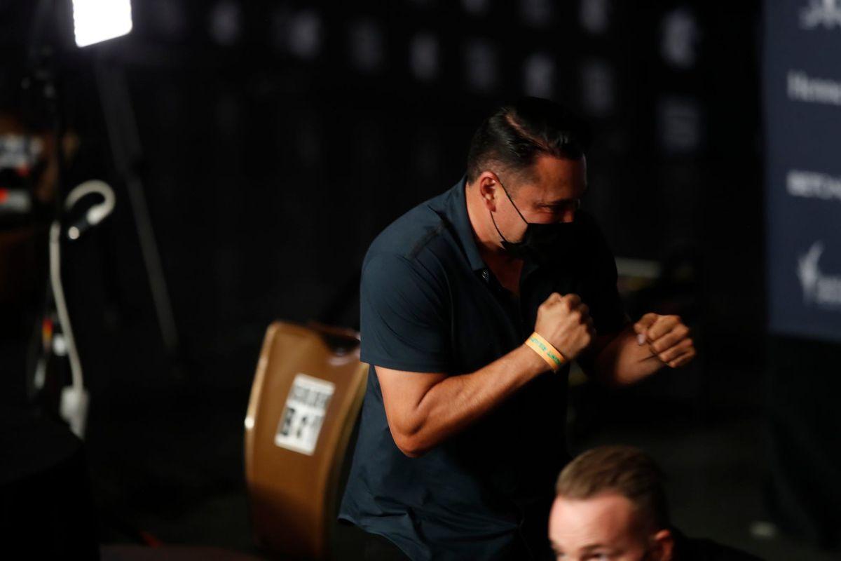 Oscar De La Hoya strikes boxing pose in covid mask