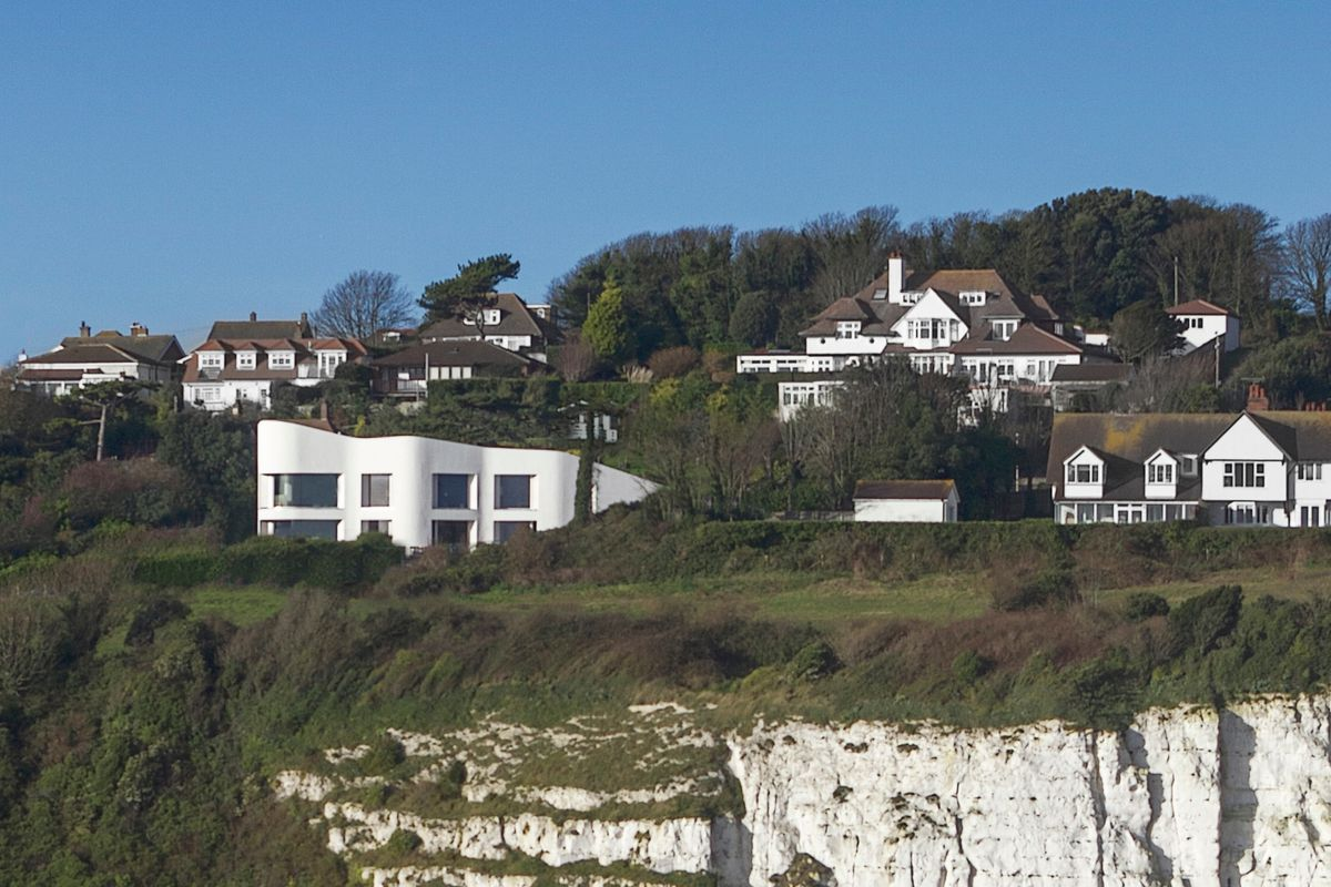 curvy white house on the White Cliffs of Dover