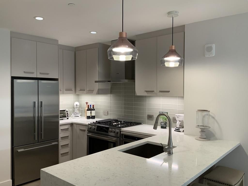 A small modern kitchen with an L-shaped counter.