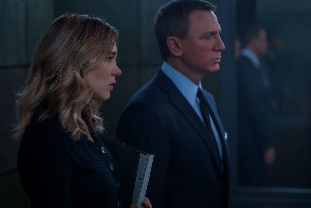Swann ve Bond, No Time to Die'da bir bekleme odasında duruyor