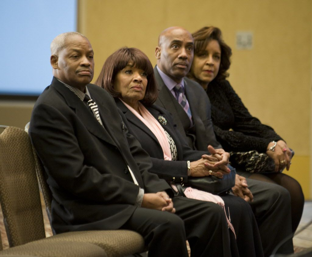 <small><strong>Family members of Liz Banks, wife of baseball legend Ernie Banks, listen to family attorney Mark Bogen make a brief statement on Banks' death.   Richard A. Chapman/Sun-Times</strong></small>