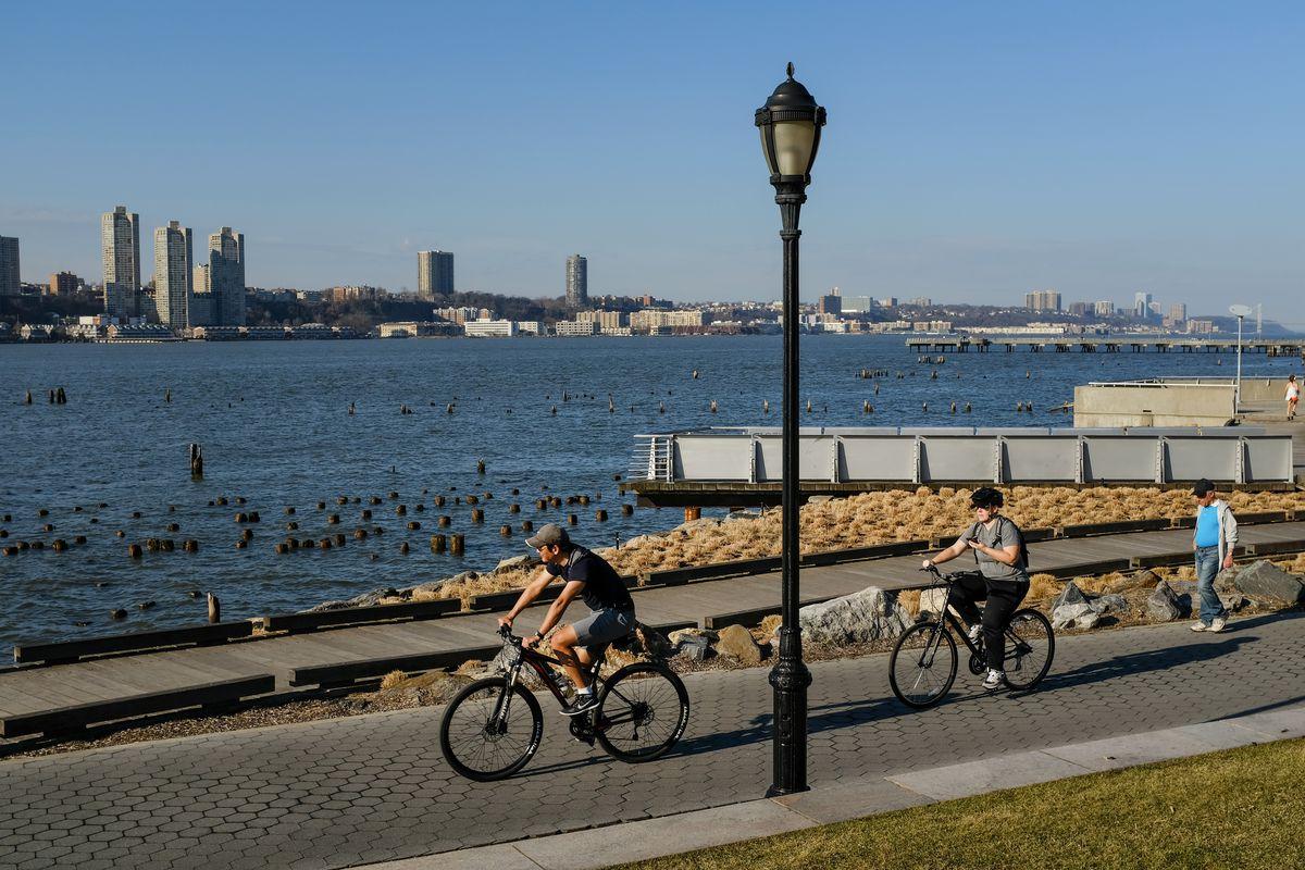 Unseasonable Warm Spell Brings Springlike Weather To New York In February