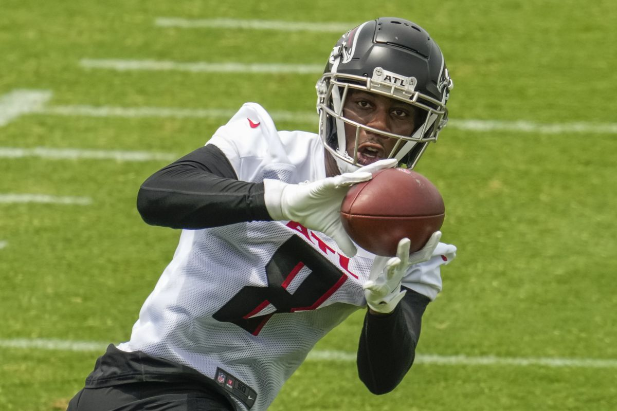 Atlanta Falcons tight end Kyle Pitts (8) catches a pass during mandatory minicamp at the Atlanta Falcons Training Complex.