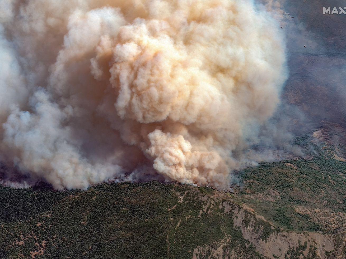 Imagerie satellite gros plan Maxar de la ligne de feu active de l'incendie complexe d'août près de Big Signal Peak