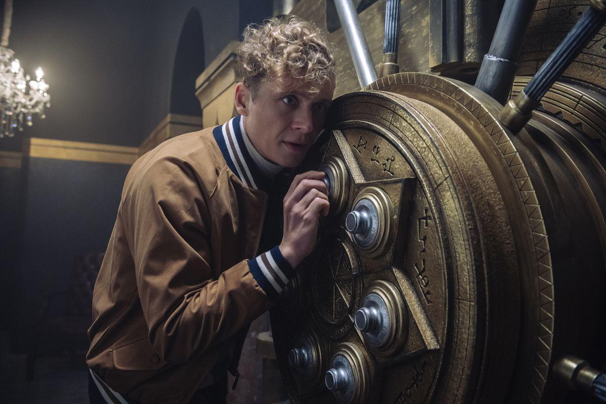 Matthias Schweighöfer as LUDWIG DIETER cracks a steampunk safe in ARMY OF THIEVES