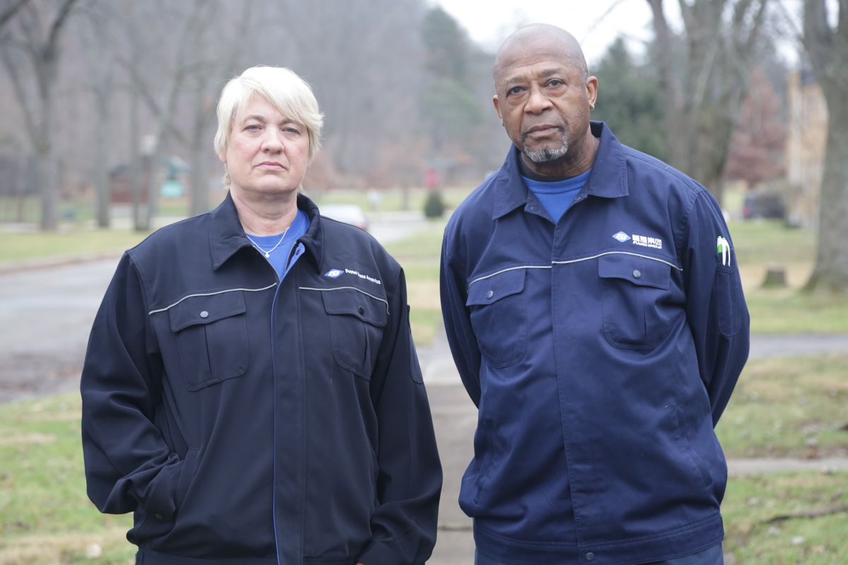 Hai công nhân nhà máy từ Nhà máy Mỹ.