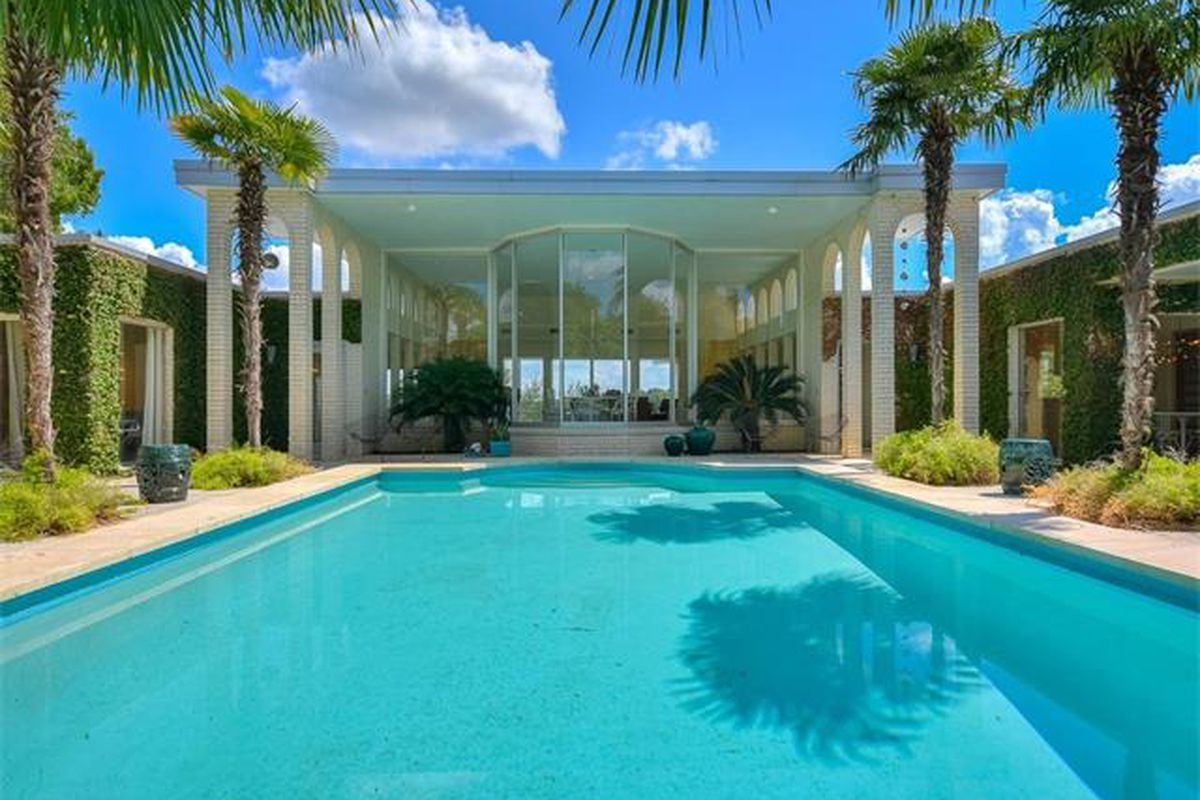 Big 1970s house/pavilion with pool stretched in front