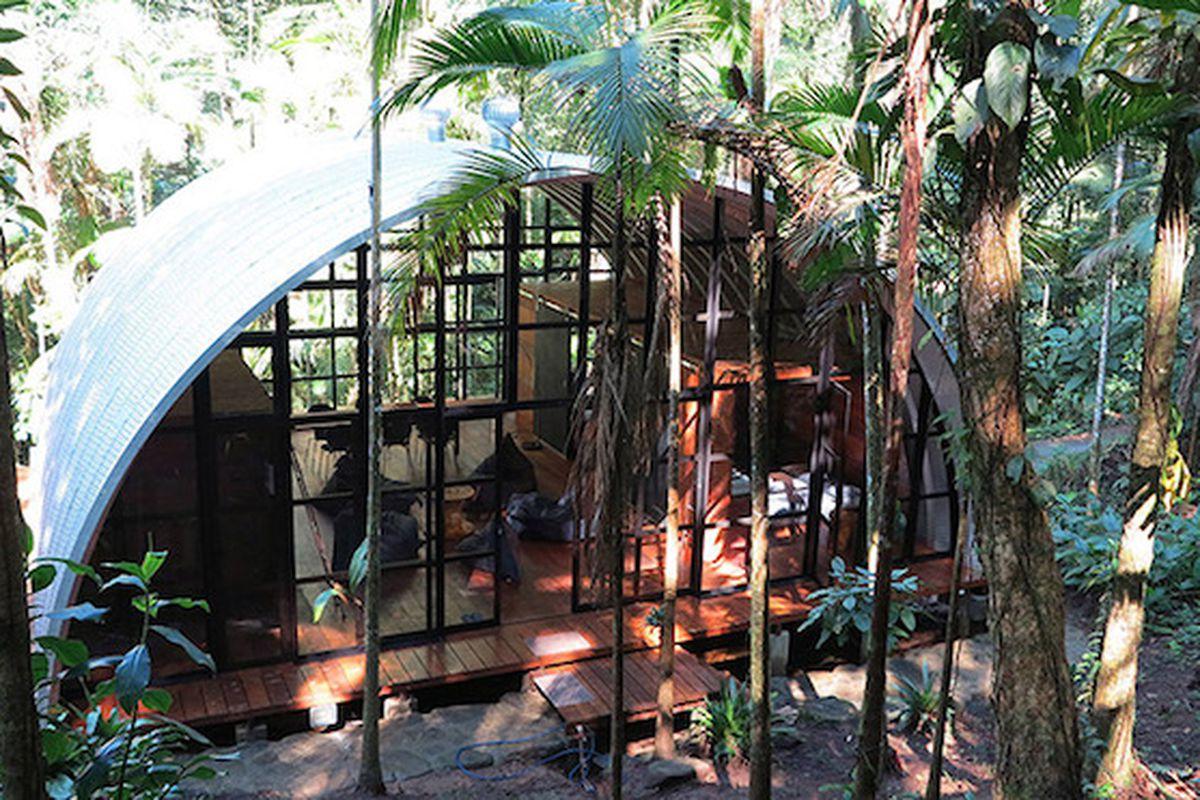 "All photos via <a href=""http://www.designboom.com/architecture/atelier-marko-brajovic-arca-residence-paraty-brazil-08-04-2015/"">Designboom</a>"