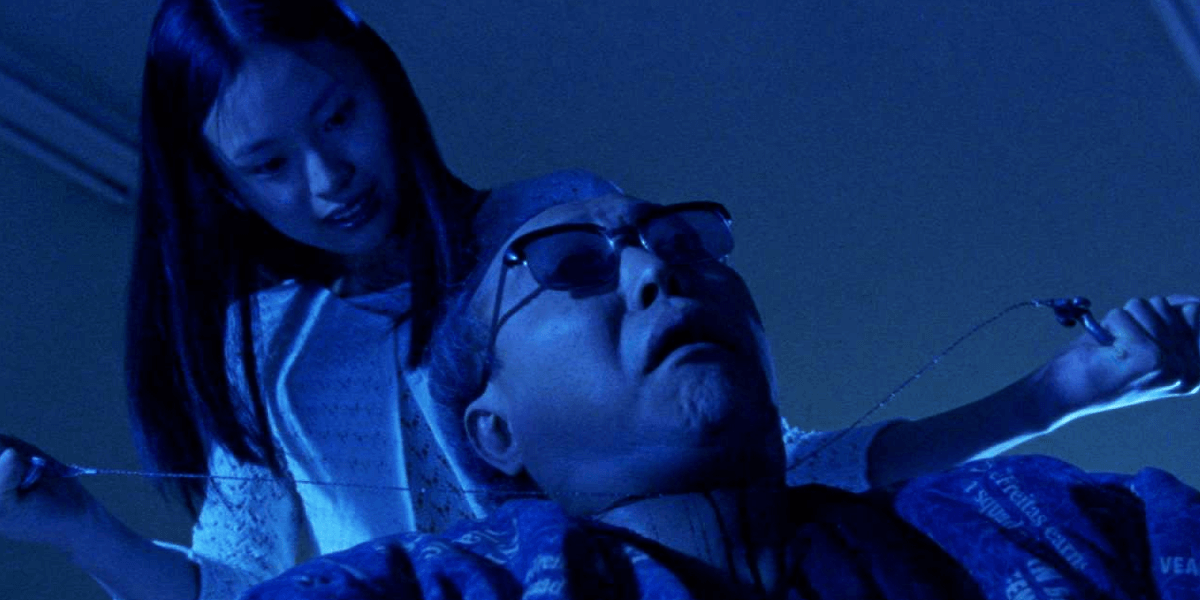 Asami murders a man with glasses using a wire saw in Audition