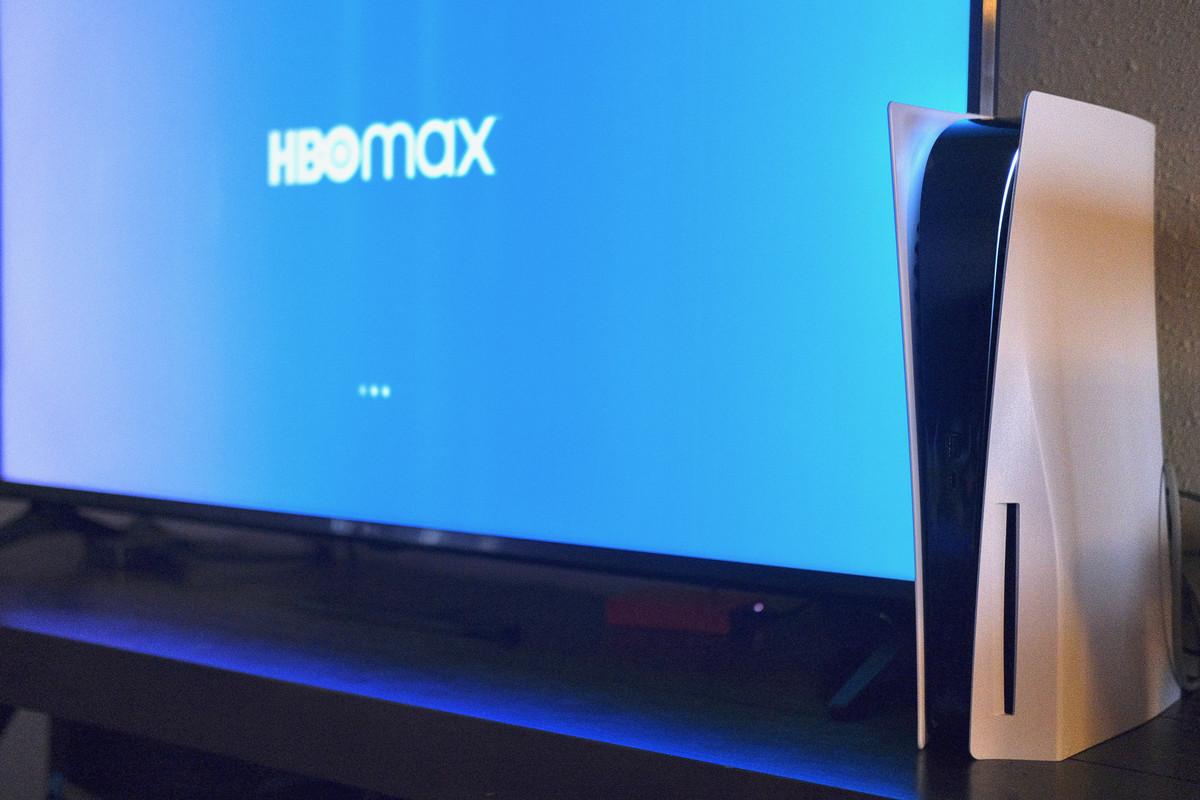 HBO Max'i gösteren bir TV önünde PlayStation 5