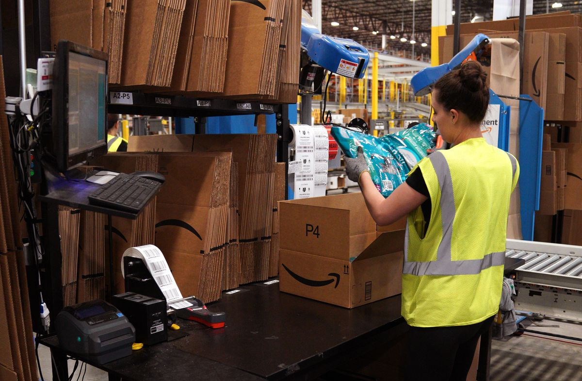 innovative design 314d1 739a7 Amazon's public warehouse tours: what you'll see - Vox