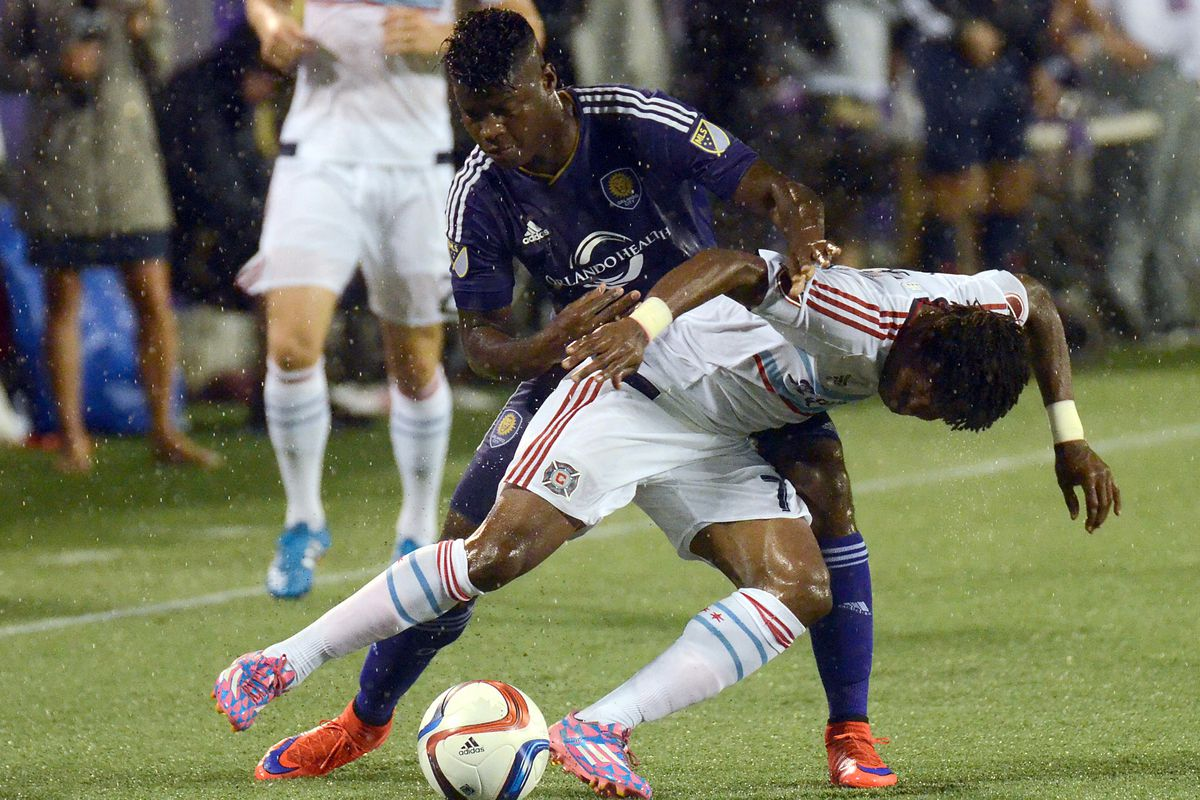 Carlos Rivas and Kennedy Igboananike fight for possession