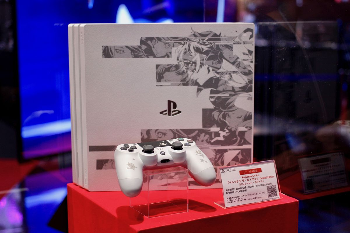 Persona 5 The Royale PS4 limited edition hardware announced