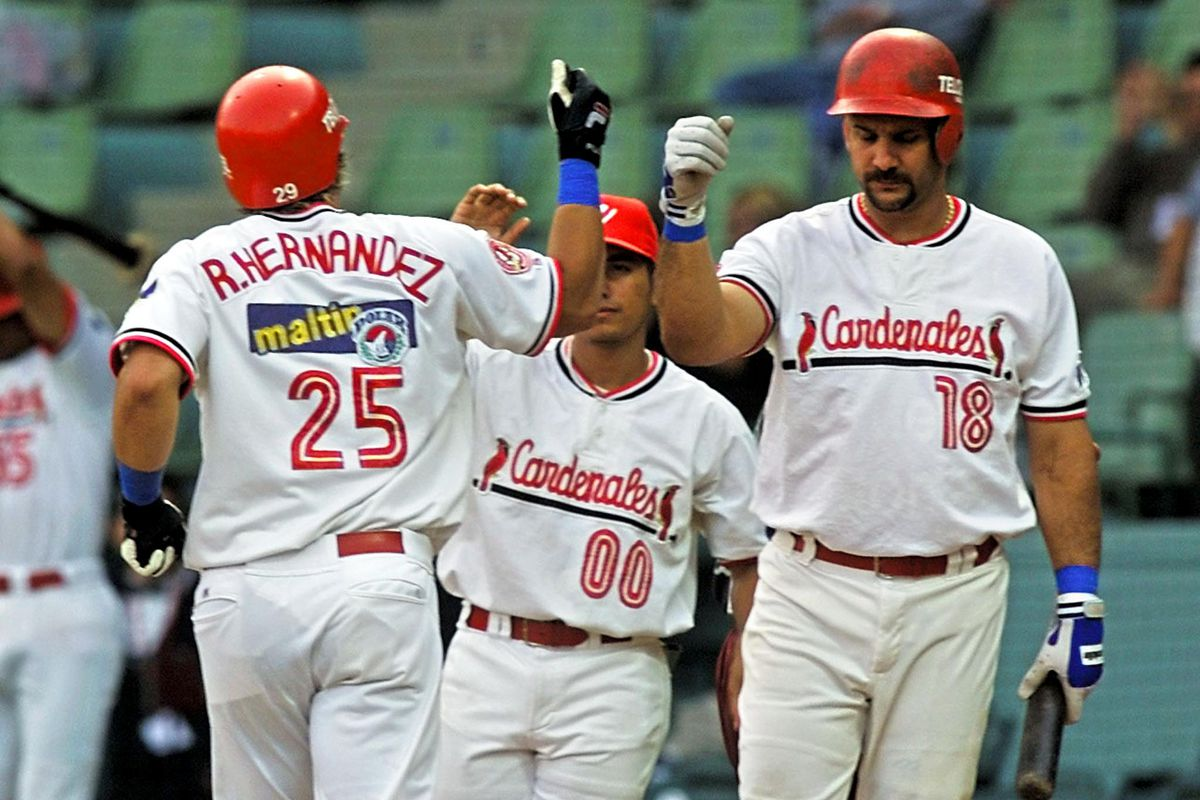 Ramon Hernandez (L), catcher of the Cardenales de