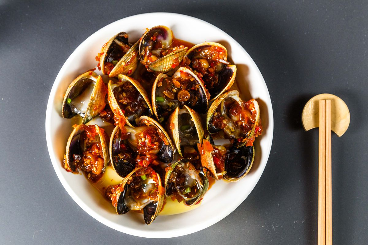 Raw clams with chili and sofrito at Kawi