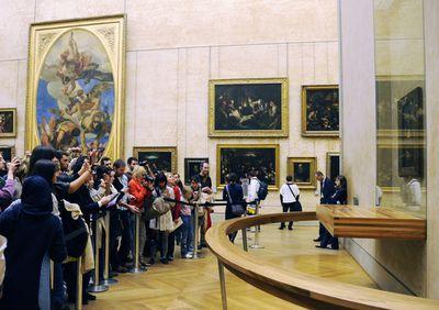 Mona Lisa tourist (CC credit smerikal)