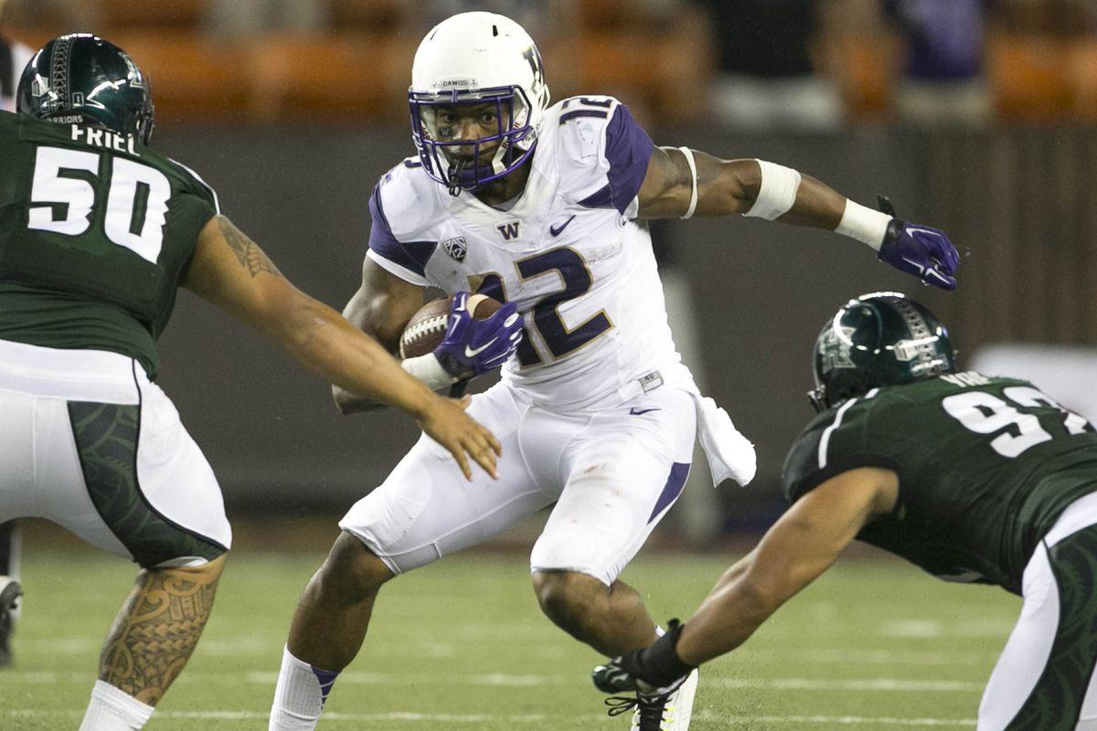 Dwayne Washington (12) eludes two Hawaii tacklers in Washington's 17-16 win in Hawaii.