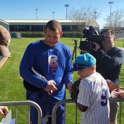 Anthony Rizzo signing autographs