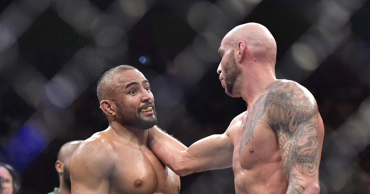 VIDEO: After request, Sergio Moraes demonstrates to Ben Saunders how Moraes beat him at UFC Sao Paulo