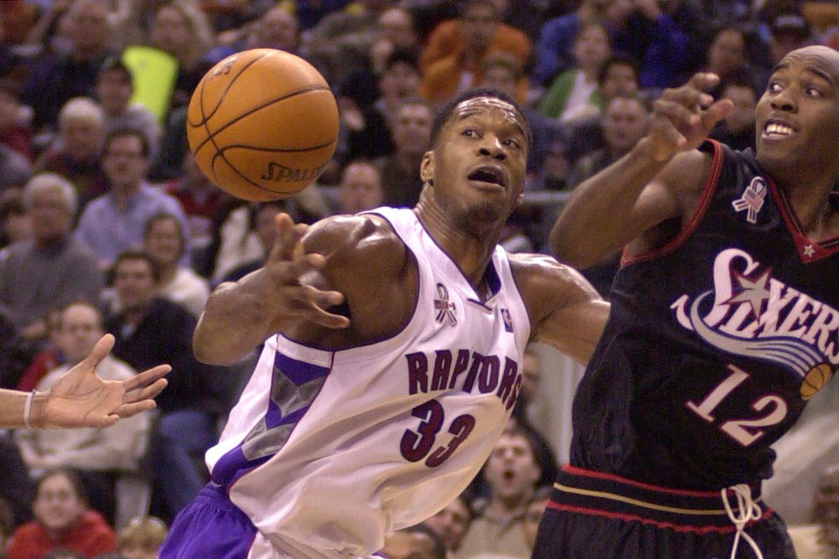 RAPTORS_01-NOV.25,2001-Toronto Raptors Antonio Davis tries to regain control of the ball against Phi